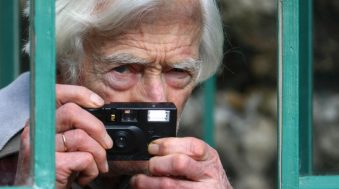 «Grand humaniste», «géomètre» et «promeneur» : qui était le photographe Marc Riboud ?